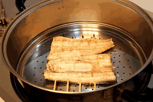 うなぎの美味しい食べ方-白焼きを蒸し器で蒸します