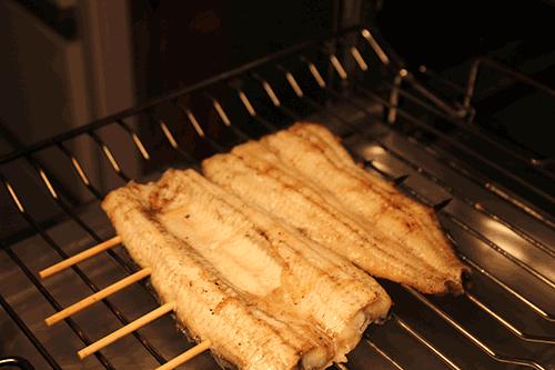 うなぎの美味しい食べ方-中火で焼きます