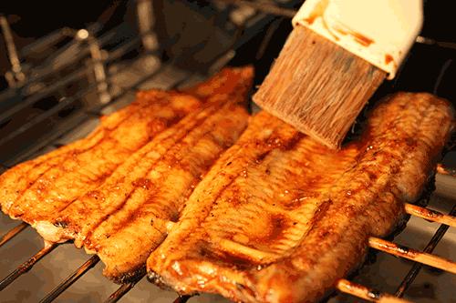 うなぎの美味しい食べ方-たれをつけて焼きます